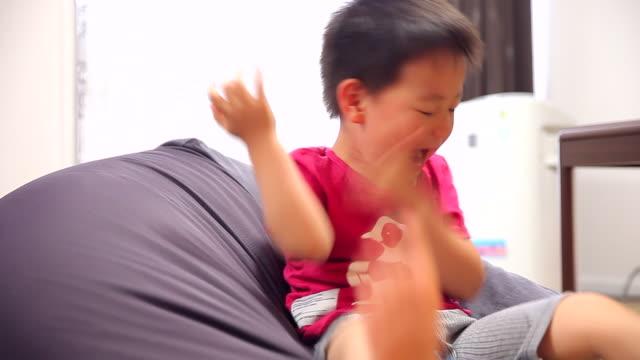 vidéos et rushes de in high spirits child - children only