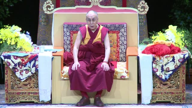 in his first visit to france in five years, the dalai lama had a group meeting with some 3,000 exiled tibetans living in france at the palais des... - esilio video stock e b–roll