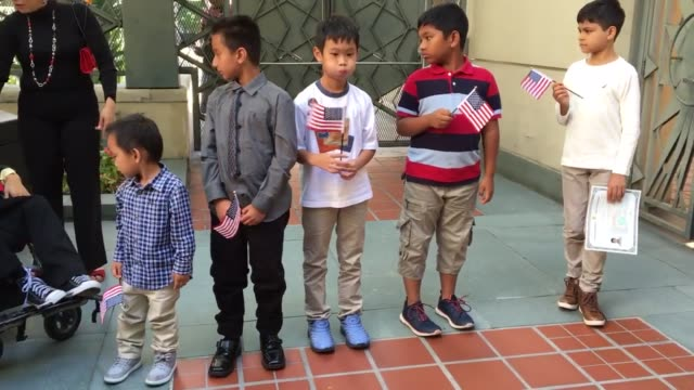 in honor of constitution day and citizenship day us citizenship and immigration services presented us citizenship certificates to more than 80 young... - 市民点の映像素材/bロール