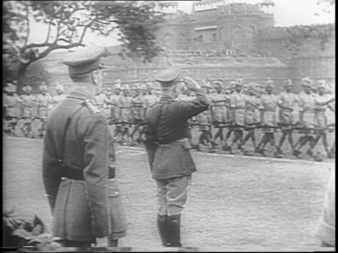 stockvideo's en b-roll-footage met in india british field marshal archibald percival wavell presents victoria's cross medal to widow of an indian soldier who is accompanied by her son... - officier militaire rang