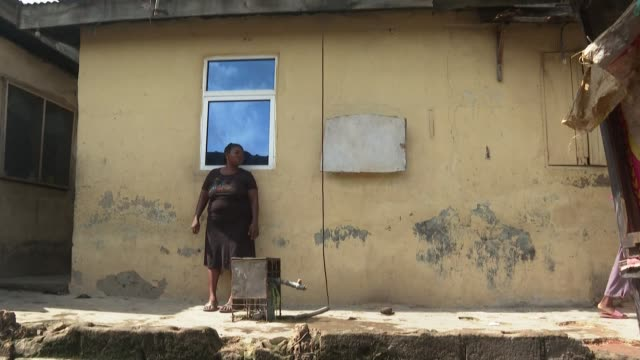 stockvideo's en b-roll-footage met in iwaya a poor district of lagos the inhabitants suffer from the economic situation despite the ease of lockdown - hongerig