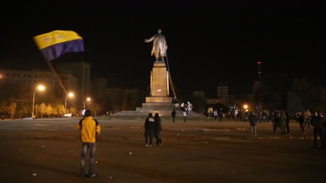 ws in kharkiv – ukraine's secondlargest city antirussian protesters pulled down and destroyed a 28 feet tall statue of lenin a crowd that had... - kharkov stock videos & royalty-free footage