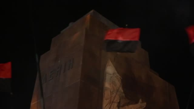 vídeos de stock e filmes b-roll de in kharkiv – ukraine's second-largest city, anti-russian protesters pulled down and destroyed a 28 feet tall statue of lenin. a crowd that had... - ucrânia bandeira