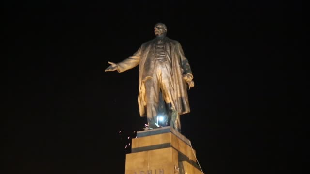 ws ls in kharkiv – ukraine's secondlargest city antirussian protesters pulled down and destroyed a 28 feet tall statue of lenin a crowd that had... - statuetta video stock e b–roll