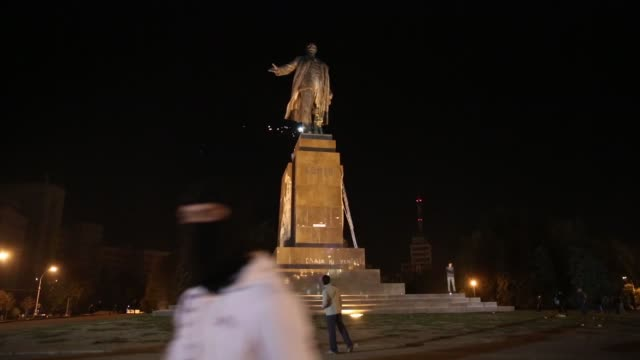ls pan in kharkiv – ukraine's secondlargest city antirussian protesters pulled down and destroyed a 28 feet tall statue of lenin a crowd that had... - kharkov stock videos & royalty-free footage