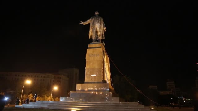 els ls in kharkiv – ukraine's secondlargest city antirussian protesters pulled down and destroyed a 28 feet tall statue of lenin a crowd that had... - kharkov stock videos & royalty-free footage