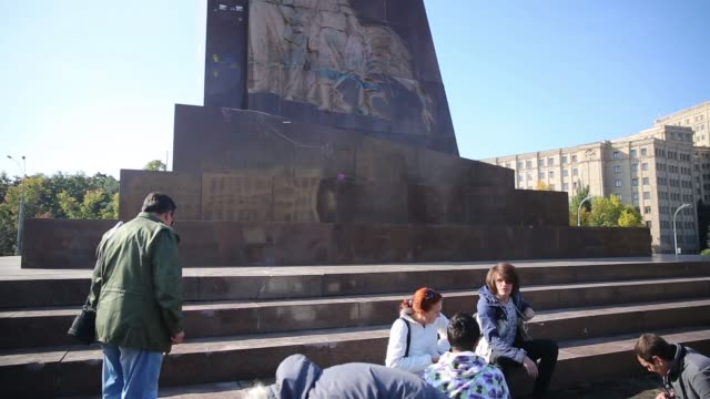 tu in kharkiv – ukraine's secondlargest city antirussian protesters pulled down and destroyed a 28 feet tall statue of lenin a crowd that had... - kharkov stock videos & royalty-free footage