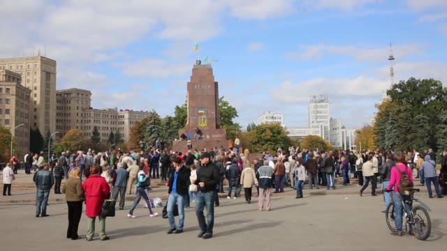 ws ls in kharkiv – ukraine's secondlargest city antirussian protesters pulled down and destroyed a 28 feet tall statue of lenin a crowd that had... - kharkov stock videos & royalty-free footage