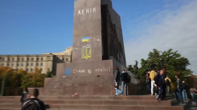 pan in kharkiv – ukraine's secondlargest city antirussian protesters pulled down and destroyed a 28 feet tall statue of lenin a crowd that had... - statue stock videos and b-roll footage