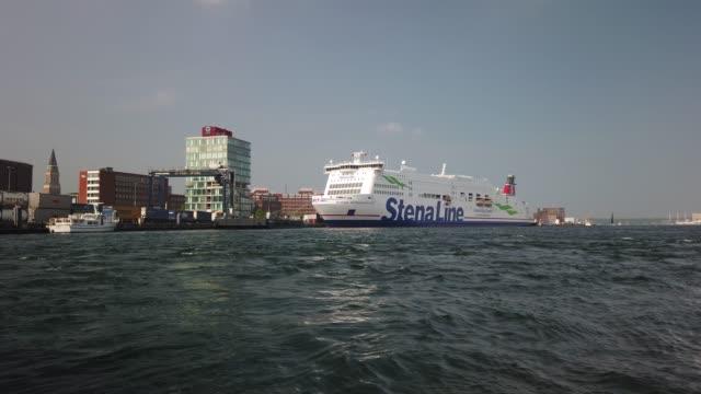 in kiel liegt die stena line im hafen. gegenüber wird ein schiff der color line cargo beladen - tina terras michael walter stock-videos und b-roll-filmmaterial