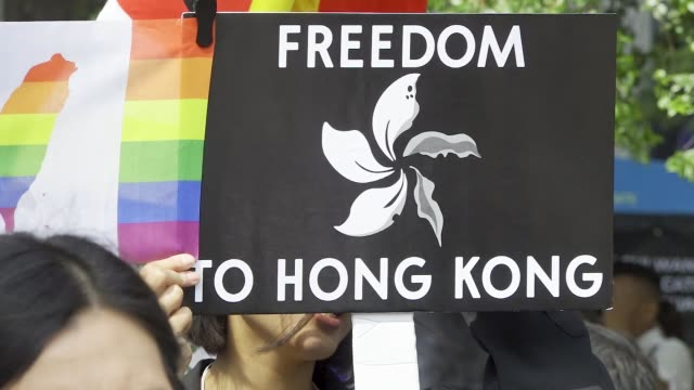 stockvideo's en b-roll-footage met in light of china's 70th anniversary antichina demonstrators rally at dag hammarskjöld plaza across the street from the united nations headquarters... - central plaza hong kong