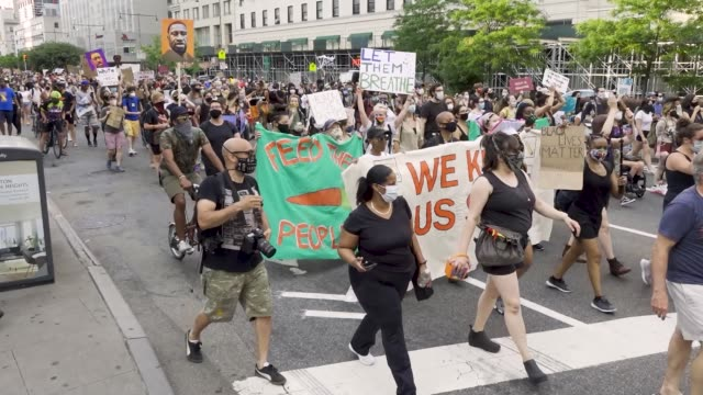 stockvideo's en b-roll-footage met in light of the worldwide protests sparked by the death of george floyd demonstrators rallied in downtown manhattan and marched across the brooklyn... - chanten