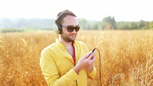 in liebe musik - gelassene person stock-videos und b-roll-filmmaterial