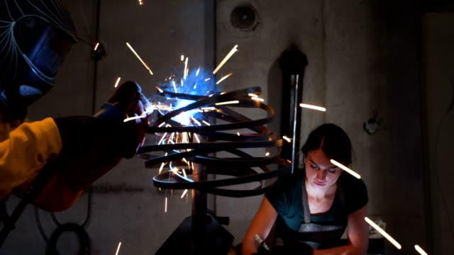 vídeos de stock, filmes e b-roll de no amor com o trabalho - escultura