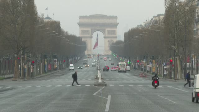 stockvideo's en b-roll-footage met in paris, no traffic on the nearly-deserted champs-elysées, as the fourth day of confinement dawns in the french capital - dawn french