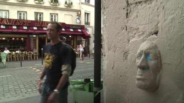 in paris the walls have ears and a nose and a mouth. clean : frances man in the papier mache mask on september 07, 2013 in paris, france - papier stock videos & royalty-free footage