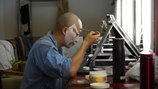 vídeos de stock, filmes e b-roll de in peking opera each facial pattern is unique to a specific character and derived from traditional chinese color symbolism and divination peking... - pintor artista
