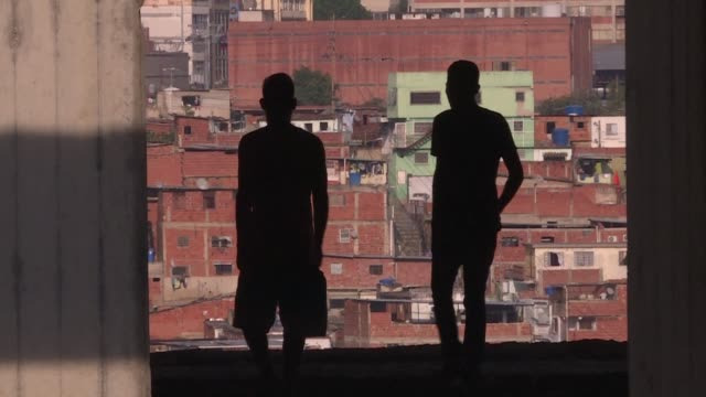 in petare one of the venezuelan capital's poorest neighbourhoods more than a hundred people live in jehovah gire the name the residents have given... - übersichtsreport stock-videos und b-roll-filmmaterial