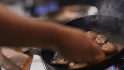 vídeos y material grabado en eventos de stock de in restaurant kitchen, chef spoons oil and grease over sizzling scallops in iron skillet - sartén plana