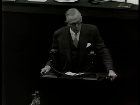 vídeos de stock, filmes e b-roll de un in session secretary of state george marshall speaking at podium ha td ws un delegates russian deputy commissar foreign affairs andrey vyshinsky... - 1948