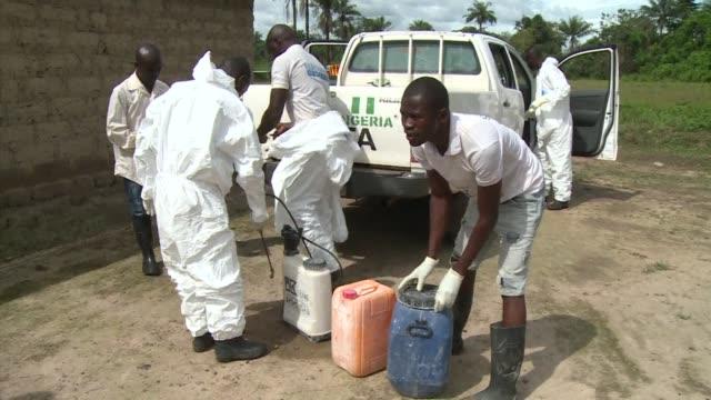 vídeos y material grabado en eventos de stock de in sierra leone specialized ebola inhumation teams go around villages to safely bury people dead from the ebola virus - ébola
