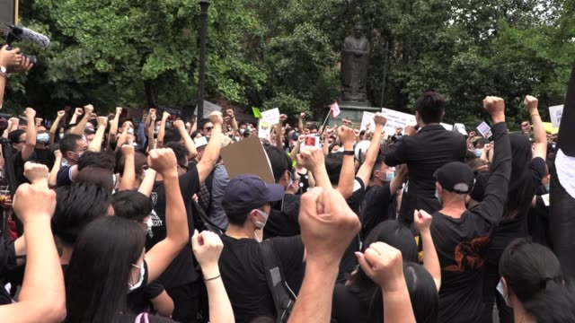 in solidarity for millions protesting hong kong's extradition law hundreds march from confucius square chinatown nyc march across manhattan bridge to... - sprechgesang stock-videos und b-roll-filmmaterial