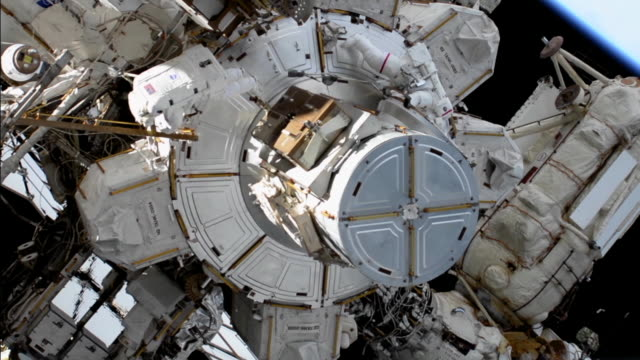 vidéos et rushes de in space-february 6, 2020: spacewalk on the iss. clean, color corrected, and broadcast-safe clip of astronaut christina koch in the international... - exploration de l'espace