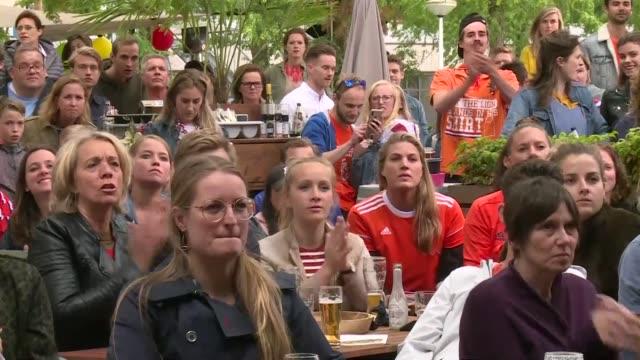 vídeos de stock, filmes e b-roll de in strandzuid restaurant in amsterdam netherlands fans watch the women's world cup final against usa - campeonato esportivo