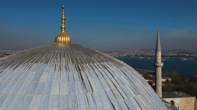 vidéos et rushes de sur la place sultanahmet, aerial hagia sophia, aerial istanbul, hagia sophia et mosquée bleue, hagia sophia square, hagia sophia à travers la ville, la ville hagia sophia et la mer, minaret mosquée - grand lit