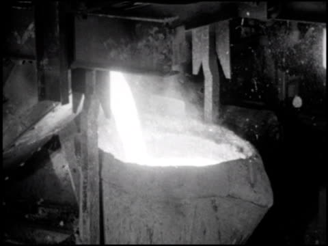 vídeos de stock, filmes e b-roll de in the 1st of 5 segments the narrator talks about visiting the foundry / molten steel is poured into flasks filled with engine molds / castings are... - indústria metalúrgica