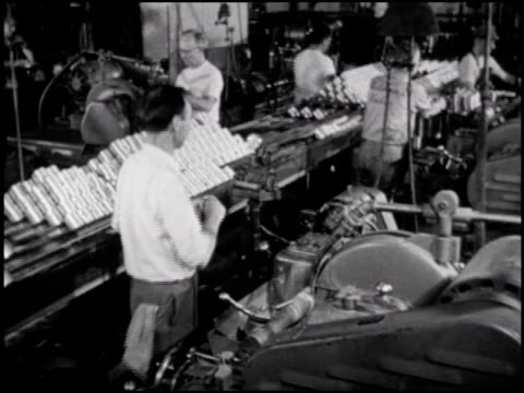 / in the 3rd of 5 segments the machine shop makes crankshafts pistons rods and other engine components / then the engine blocks and other parts are... - 1952 bildbanksvideor och videomaterial från bakom kulisserna