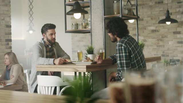 vídeos de stock, filmes e b-roll de no cafe - male friendship