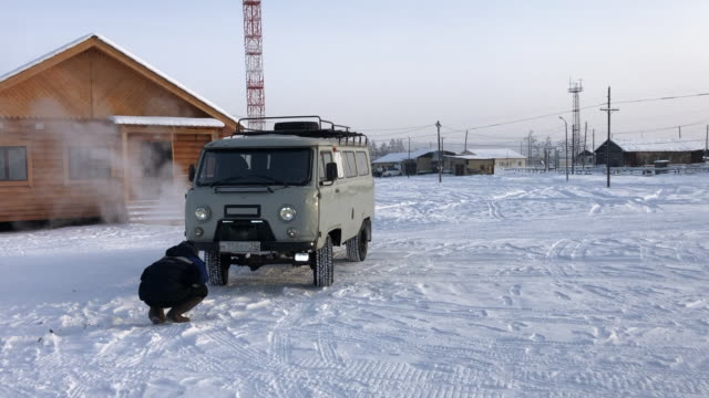 vídeos de stock, filmes e b-roll de uaz-452 in the centre of the village of oymyakon (pole of cold), the coldest permanently inhabited place on earth, sakha republic, russia - russia