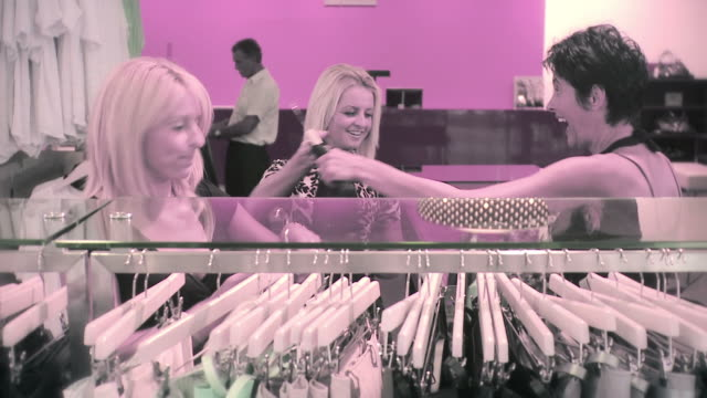 hd :衣料品店で - デザイナー服点の映像素材/bロール