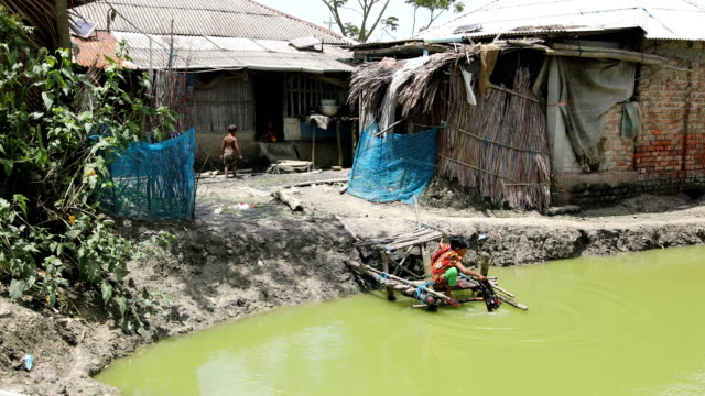 vidéos et rushes de in the coastal area in bangladesh on august 17, 2020. a un report says, over 19 million children-a quarter of them under 5-spread across bangladesh... - exclusivité