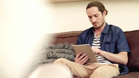 vidéos et rushes de dans la zone numérique - vêtements décontractés