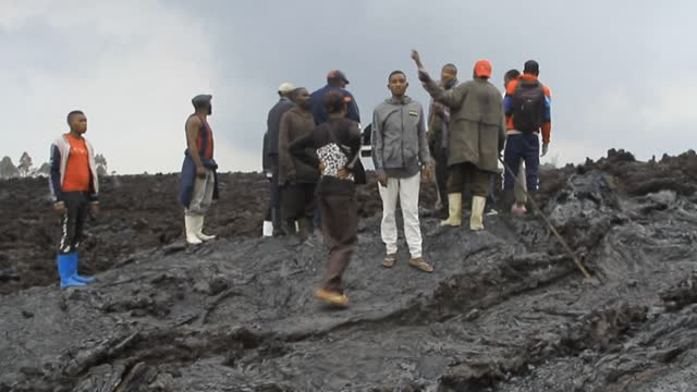 in the east of the democratic republic of congo, rescue workers recover the bodies of people asphyxiated by toxic fumes from the lava of nyiragongo... - lava stock videos & royalty-free footage