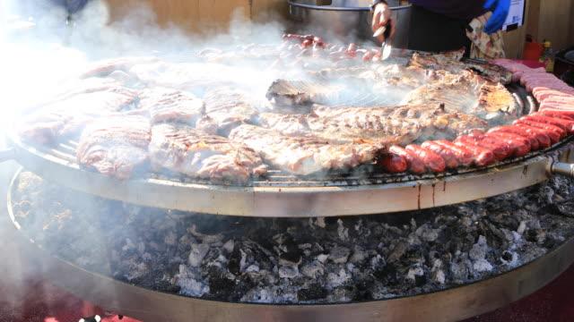 vídeos y material grabado en eventos de stock de barbacoa en la feria, ribbs y chorizos de galicia - galicia
