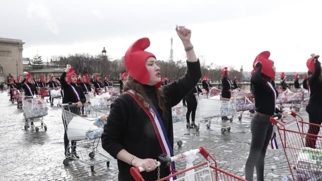 in the framework of women s day, a hundred members of the conservative activist group called manif pour tous dressed as marianne, french republic s... - 代理点の映像素材/bロール