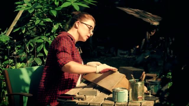 vídeos de stock, filmes e b-roll de diy no jardim. prateleira de madeira de moagem - feito em casa