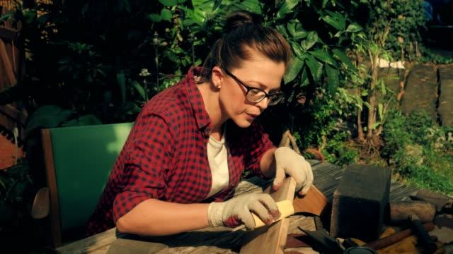 vídeos y material grabado en eventos de stock de bricolaje en el jardín. estante de madera de pulido - jardín formal