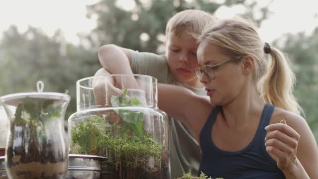 DIY in de tuin. Moeder en zoon
