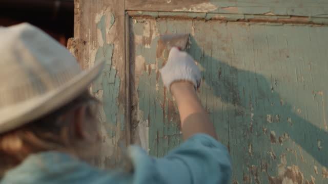 DIY in de tuin. Renovatie van oude houten deuren