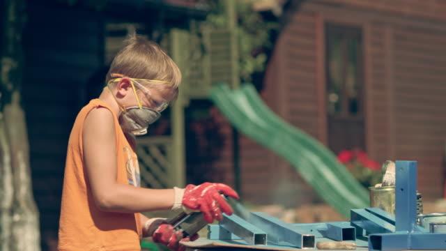 diy im garten. spritzlackierung metallbau - heimwerken stock-videos und b-roll-filmmaterial