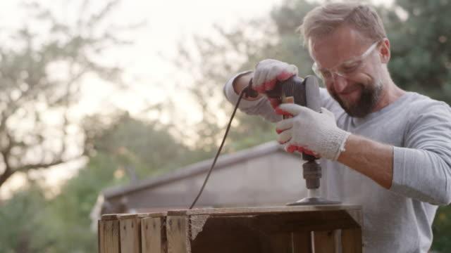 vidéos et rushes de bricolage dans le jardin - one young man only