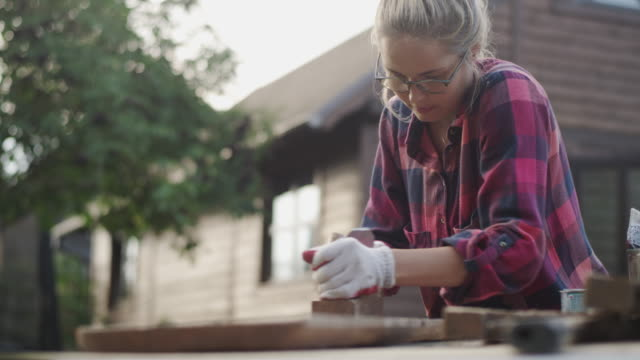 stockvideo's en b-roll-footage met diy in de tuin - doe het zelven