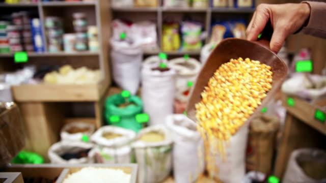 vídeos de stock, filmes e b-roll de a mercearia. saco de grãos de milho em - brincadeira de pegar