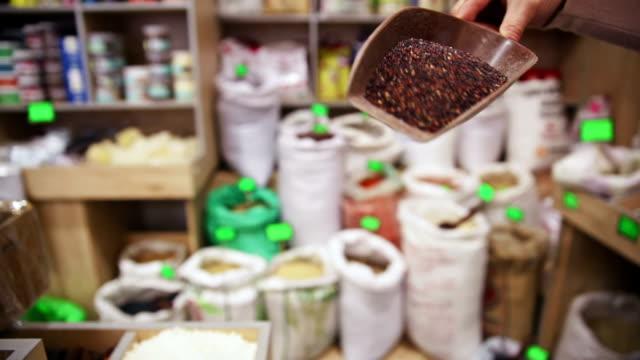 vídeos de stock, filmes e b-roll de a mercearia. tirando quinoa de saco - brincadeira de pegar