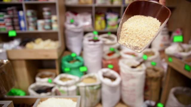 vídeos de stock, filmes e b-roll de a mercearia. a bolsa de cereal de trigo - brincadeira de pegar