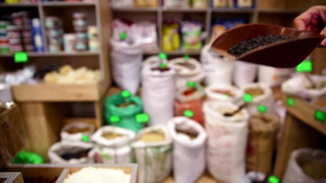 vídeos de stock, filmes e b-roll de a mercearia. tirando arroz selvagem de saco - brincadeira de pegar